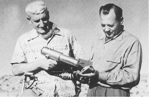 Scully à gauche relevant la radioactivité d'un élément tenu par Daniel Fry