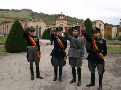 """""""28 ottobre 2007, immagini dal raduno a Predappio davanti alla tomba di Benito Mussolini in occasione dell'anniversario della marcia su Roma."""""""