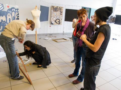 """Installation de l'exposition """"Du Côté Des Jeunes Filles""""  à la MDHC en oct 2012"""