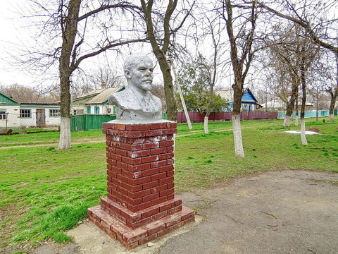 Бюст Ленину