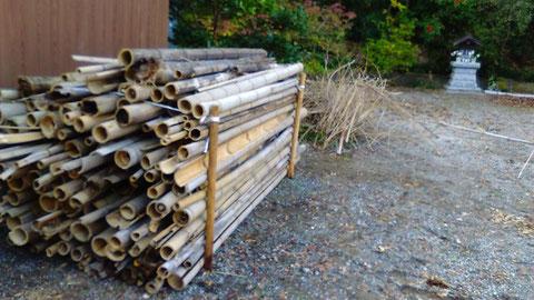 切った竹を積み上げました