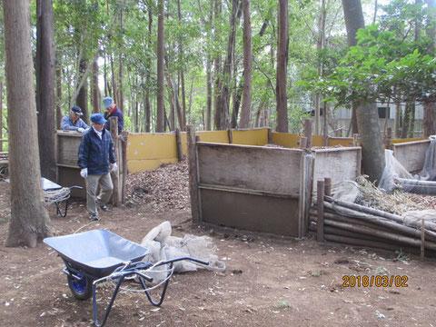 落ち葉の堆積場の囲いを改修する作業を始めます