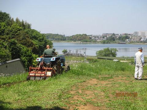 畑の草刈りをトラクターでやってもらいました