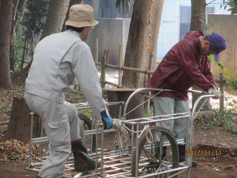 枯葉運搬に使うリヤカーですが、組み立ては二人掛かりです