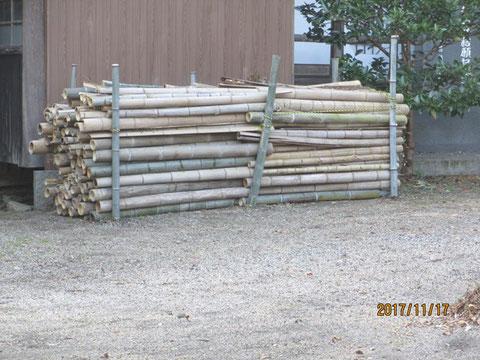 切り揃えて、並べて積み上げた竹