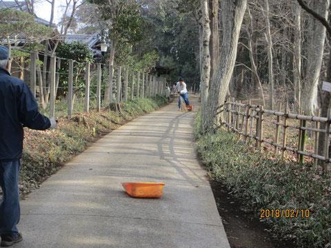 落ち葉は少なくなっていますが、周辺道路の清掃は欠かせません