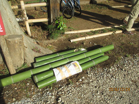切り口をきれいに切った門松用の竹を希望者は持って帰りました