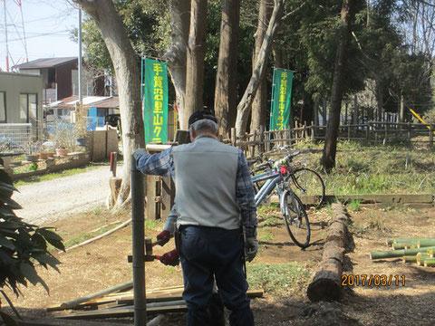 柵に使う竹を裂いています