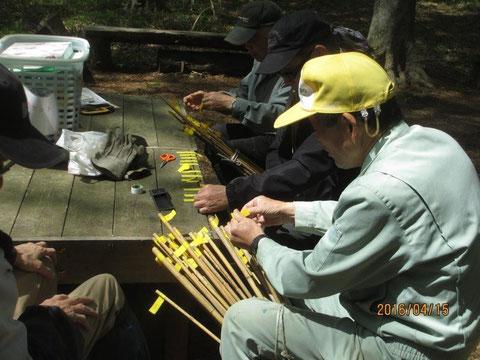 キンランの目印となる黄色い竹の棒を作りました