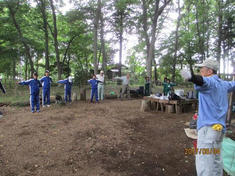 夏ボラ体験の中学生と一緒に活動開始前の準備体操
