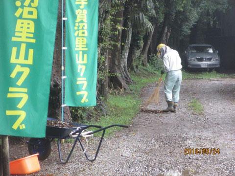 周辺の道路も清掃をします