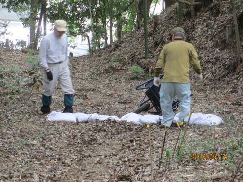 裏の傾斜がきつい道路にも土嚢を設置しました