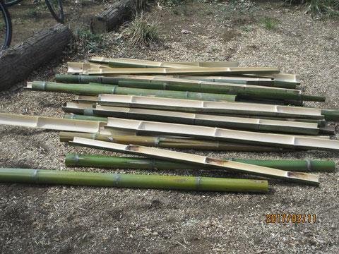 裂いて出来上がった竹です