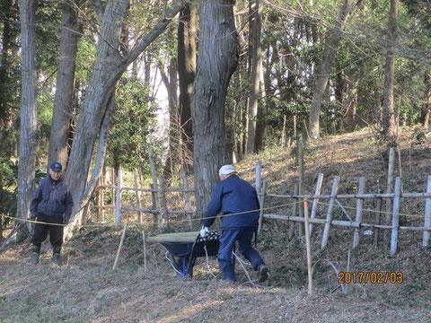 傷んだ柵の修理の準備です