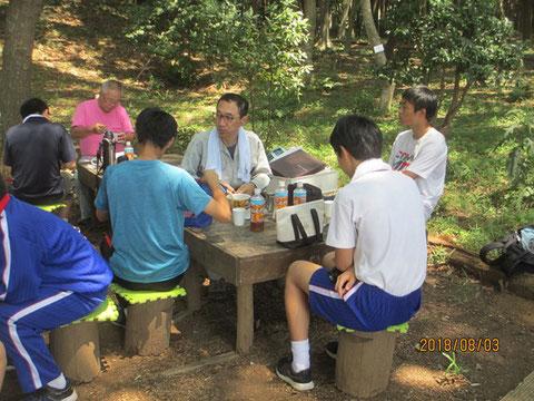 夏ボラ体験の中高生達と昼食をしながら、懇談