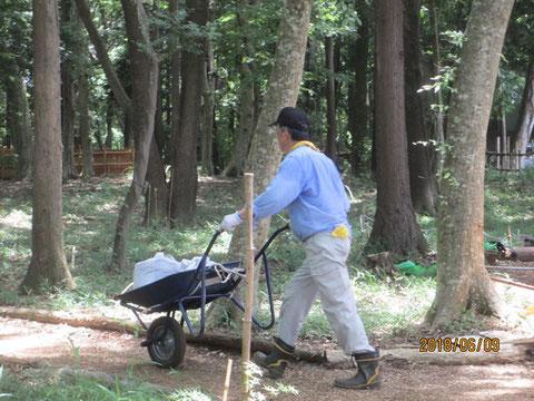 一輪車で土嚢を運びます