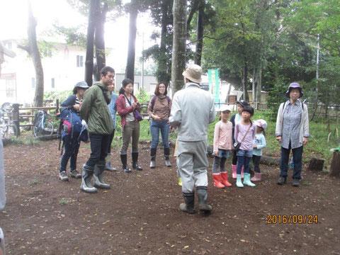 イガ栗遊び体験会に参加した人に注意点などを説明