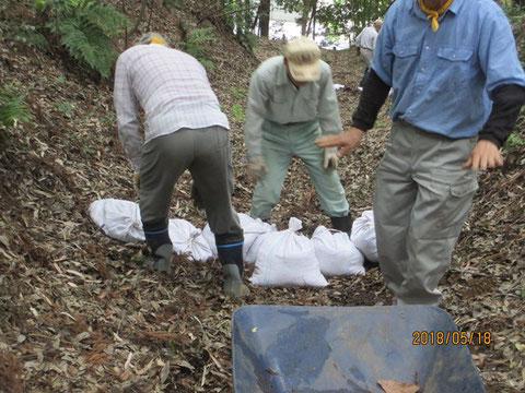 土嚢の設置作業