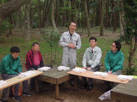 昼食会で挨拶する矢倉代表