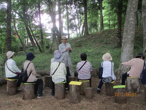 団体の訪問者に活動地の説明をしています