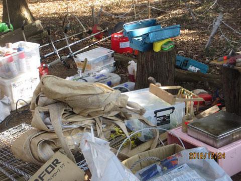機材倉庫の中から全ての機材や資材を取り出して、清掃します