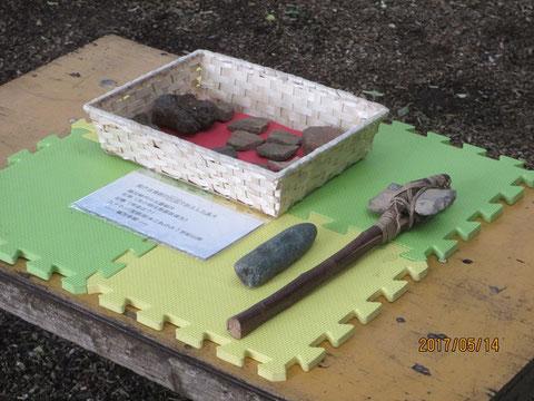 福満寺から借用してきた土器の破片などを皆さんに見てもらいました