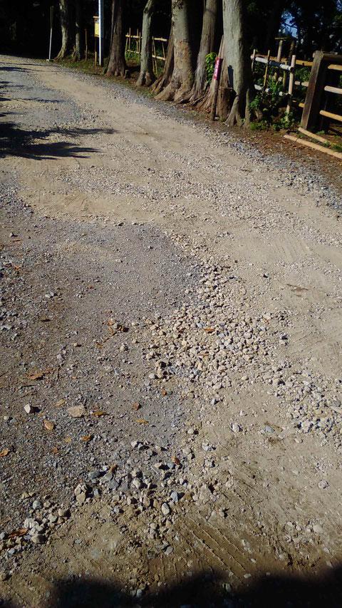 出入り口の前面の道路の補修を手伝いました