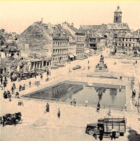 """An mehreren Plätzen in Schweinfurt wurden so genannte """"Löschweiher"""" angelegt, die dem Löschen von durch Brandbomben ausgelösten Feuern dienten - so hier am Marktplatz Foto: Stadtarchiv"""