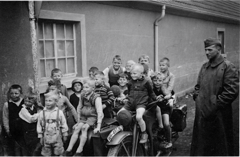 Schonungen - Kinder bei den Soldaten - danke an Harald Spiegel