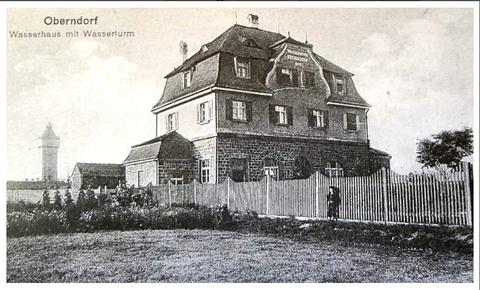 Im Hintergrund der damals mitten in der freien Landschaft stehende Wasserturm, im Vordergrund das Wasserhaus - um 1916