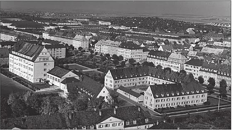 Blick vom Kirchturm der früheren Kilianskirche auf die Niederwerrner Straße mit Kolpinghaus im Vordergrund, dahinter Gotheschule und Kasernen um 1936/1937