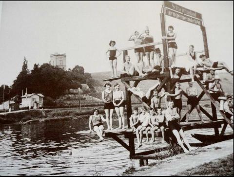 Schwimmbad der Turngemeinde am Main - im Hintergrund die Peterstirn