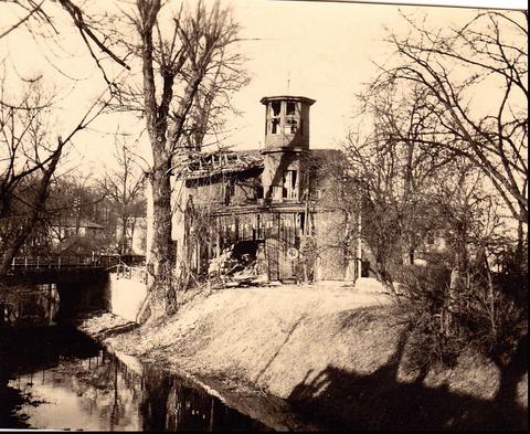 Zerstörung des Bootshauses im Zweiten Weltkrieg (einst neben der Marienbachmündung)