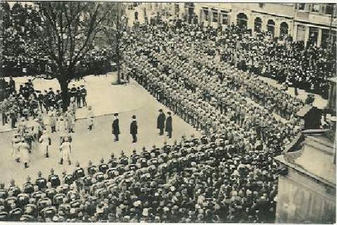 Einzug Ersatzbataillon auf dem Marktplatz vor dem Rathaus 1915