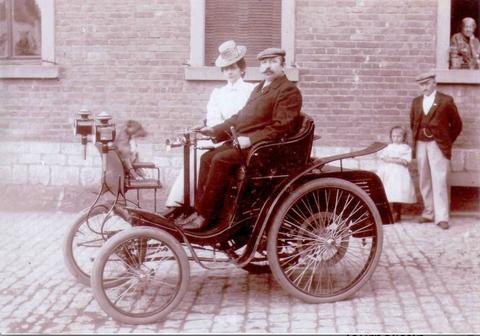 Höpflinger mit seinem Fahrzeug - eine Attraktion in Schweinfurt