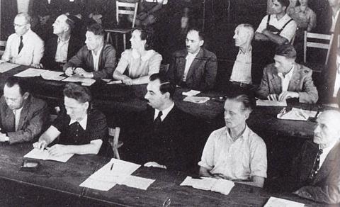 Die erste Stadtratsitzung - zweite von links unten: Gretl Baumbach, zweiter von rechts unten: Oskar Soldmann
