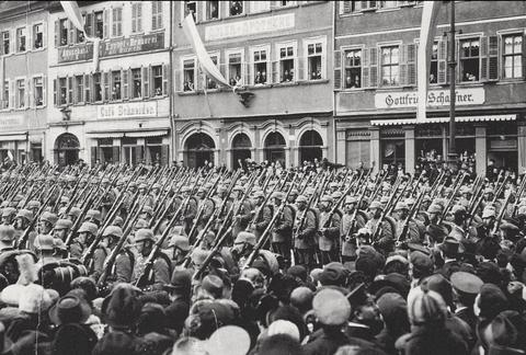 17. März 1915 - im Hintergrund das Cafe Schneider - auf dem Marktplatz Einzug des 1. Ersatz-Bataillons im Ersten Weltkrieg