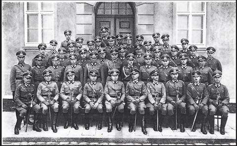 Die Offiziere des 4. Panzerregiments, Teil der 2. Panzerdivision im Jahr 1938 in Schweinfurt