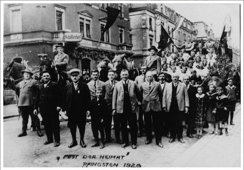 1926 - Oberndorfer Verein vor dem Schillerhof in der Luitpoldstraße 16