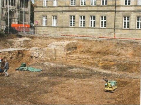 Abb.12: Blick auf die freigelegten Fundamente des Spitaltores und die innere Böschungsmauer des Stadtgrabens