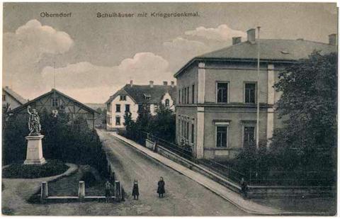 Schulhaus und Kriegerdenkmal 1909