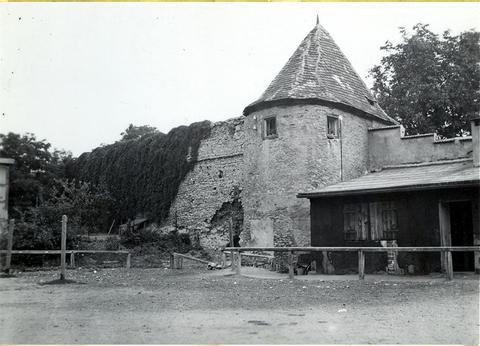 Der Schweinehirtenturm im Theaterpark (Chateaudun-Park), der gerade wieder aufgebaut wird