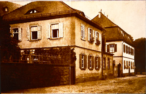 """Ehemaliges Klostergebäude, Kirchplatz 7, die ehemal. Rettungsanlage """"St. Maria Pflege"""" wurde im Jahre 1981 abgerissen. Seit 1982 Sozialstation """"St. Josef"""""""