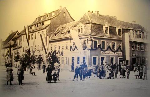 heutige Roßmarktgaststätte, rechts Wolfsgasse