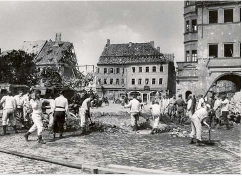 Aufräumarbeiten am Marktplatz