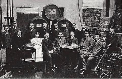 In diesem Haus Kornmarkt 5 wurde 1935 vom Schwager der Brüder Mohrenwitz die Spirituosenfabrik Ludwig Breitenbach gegründet. Hier das Personal in diesem Hause.