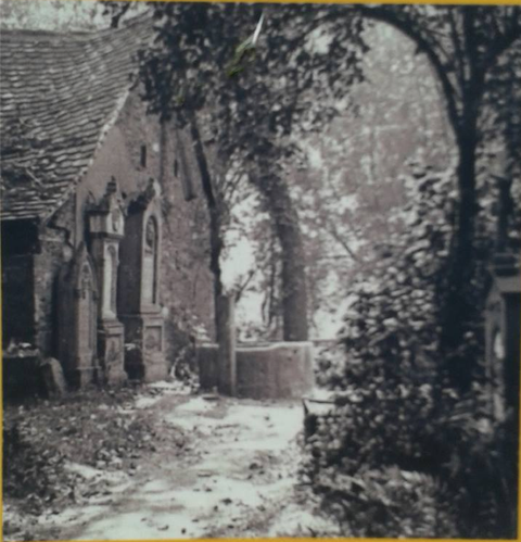 Blick in den alten Friedhof mit Brunnen 1880