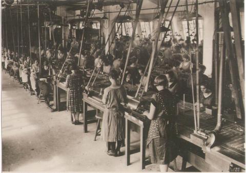 In der Werkshalle der Firma F & S Schweinfurt vor 1945