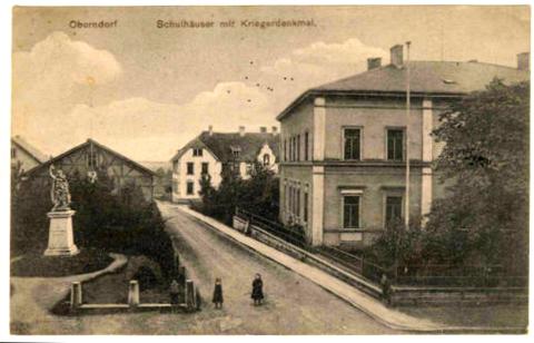Schulhaus Oberndorf mit Kriegerdenkmal 1909