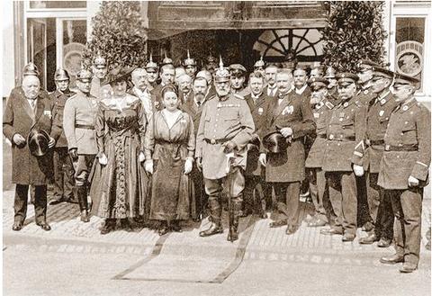 Der König zu Besuch in Schweinfurt: Ludwig III. flankiert von Betty und Ernst Sachs am 2. Mai 1917.